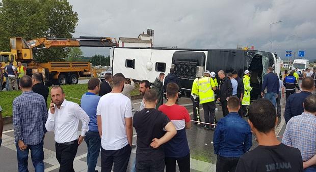Yolcu Otobüsü Devrildi: 1 Ölü, 29 Yaralı..
