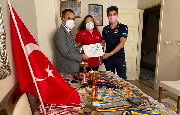 Vali Aktaş Çanakkaleli Milli Sporcuyu Evinde Ziyaret Etti
